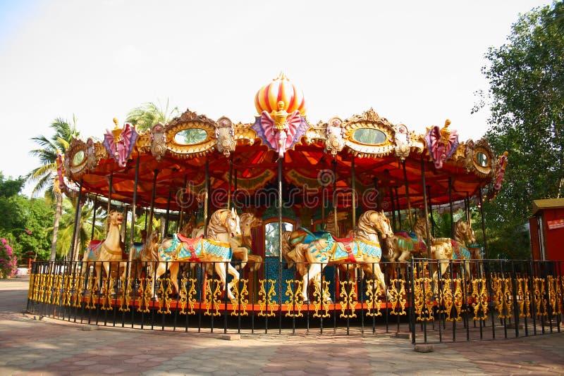 Feliz va el redondo en parque temático vacío imagen de archivo libre de regalías