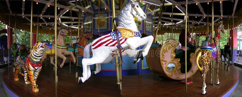 Feliz va la feria de madera redonda del paseo del caballo del carrusel imagen de archivo libre de regalías