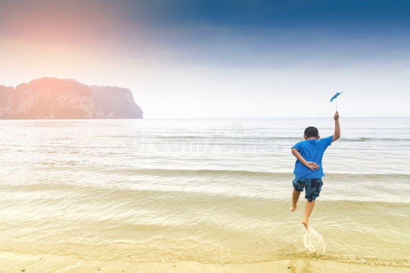 Felizes da criança e engraçados asiáticos com opinião do mar ou natureza do amor do menino com curso no feriado para relaxam imagem de stock