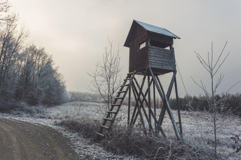 Fell durch Waldweg Russische traditionelle Architektur lizenzfreie stockbilder
