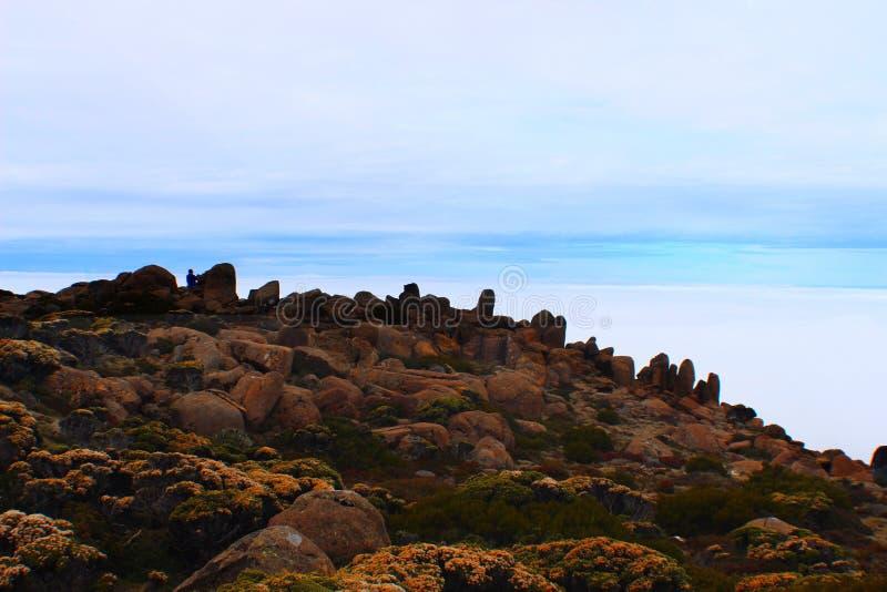 Felsen über den Wolken lizenzfreie stockfotos