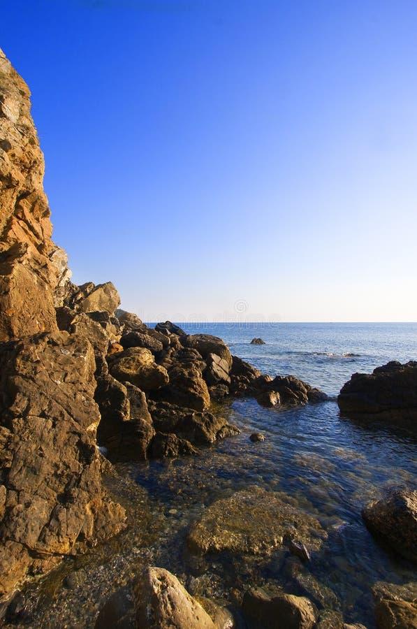 Felsen auf dem Meer stockfotos