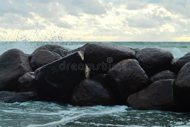 Felsen auf dem Ozean lizenzfreie stockfotos