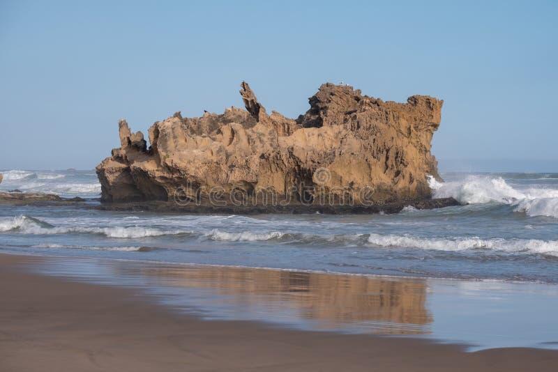 Felsen auf dem sandigen Strand bei Brenton auf Meer, Knysna, fotografiert bei Sonnenuntergang, Südafrika lizenzfreie stockfotos