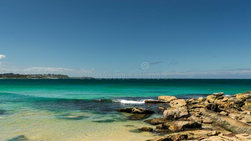 Felsen auf dem Strand mit Horizont im Hintergrund - männlicher Strand, lizenzfreie stockbilder