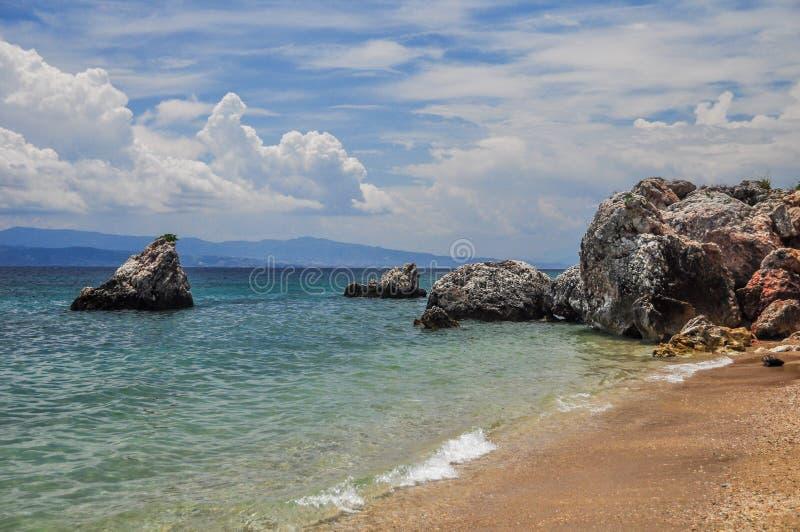 Felsen auf dem Ufer lizenzfreie stockbilder