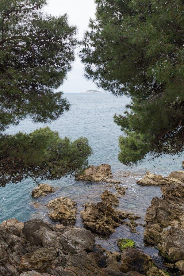Felsen auf dem Ufer in Cavtat, Dubrovnik stockbilder