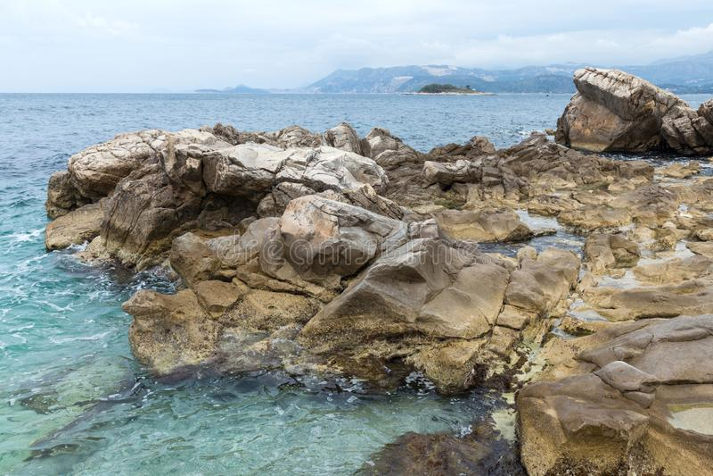Felsen auf dem Ufer in Cavtat, Dubrovnik lizenzfreies stockfoto