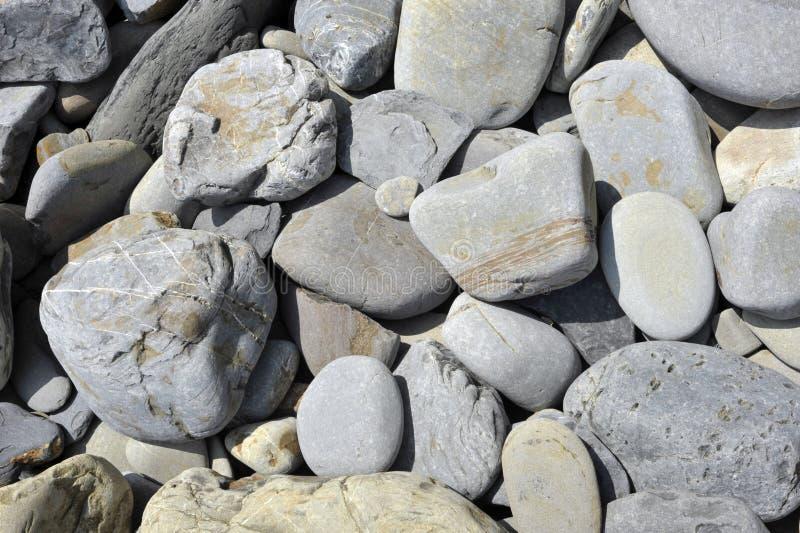 Felsen auf einem Strand lizenzfreies stockfoto