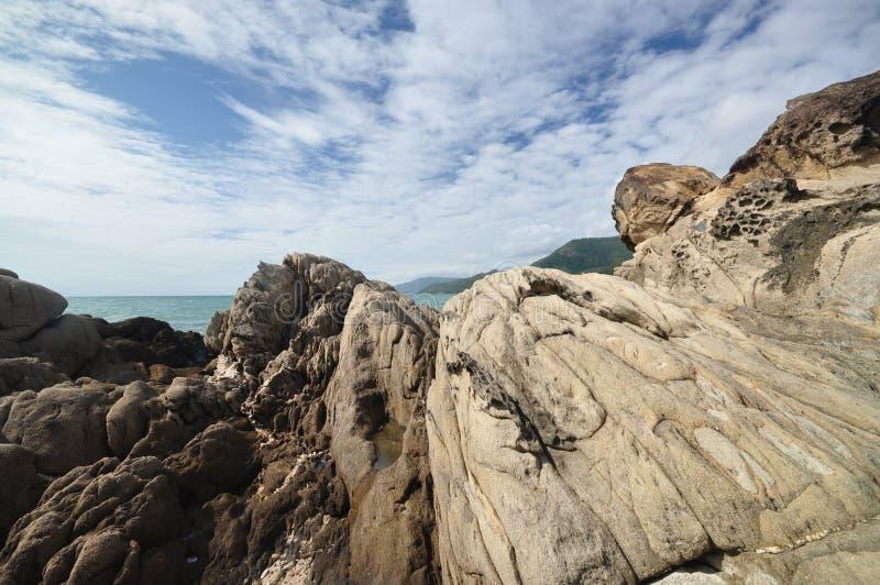 Felsen auf einem Strand stockfoto