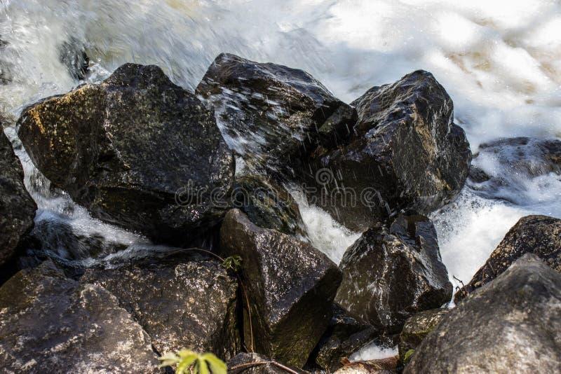 Felsen auf einem Wasserfall lizenzfreies stockfoto