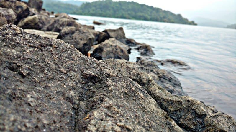 Felsen auf Flussufer stockfotografie