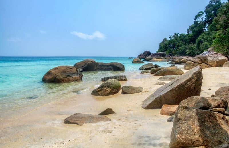Felsen auf Küstenstrand am lipe stockfotos