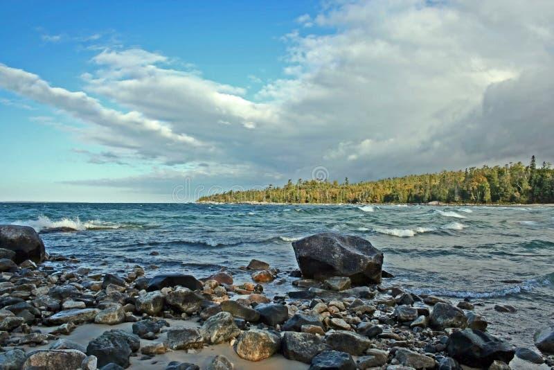 Felsen auf Lake Superior stockfotografie