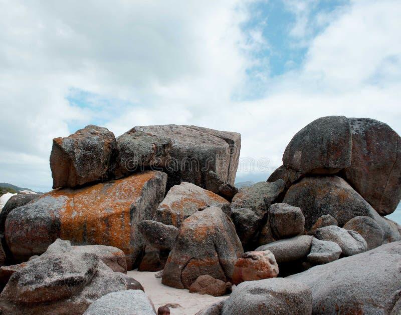 Felsen auf Seeufer stockfotos