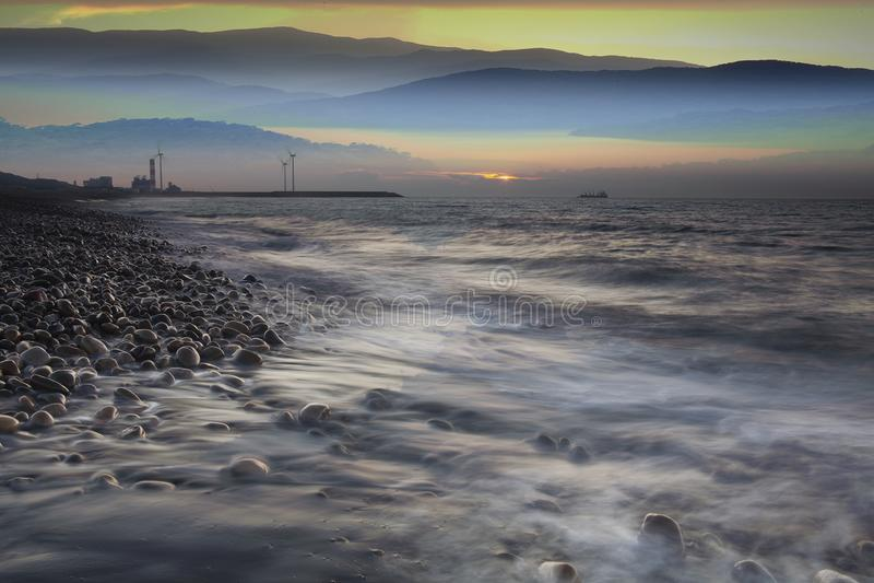Felsen auf Steinstrand bei Sonnenuntergang Sch?ner Strandsonnenunterganghimmel D?mmerungsmeer und -himmel lizenzfreie stockfotos
