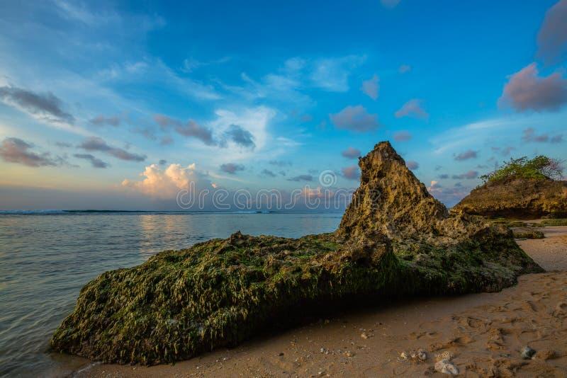 Felsen auf Strand in Bali stockfoto