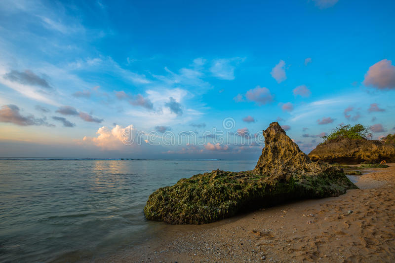 Felsen auf Strand in Bali stockfotografie
