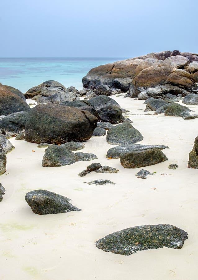 Felsen auf weißem Sand setzen in lipe Insel auf den Strand lizenzfreie stockbilder