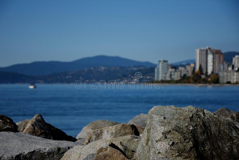 Felsen bei Ambleside setzen mit Blick auf Gebäude in West-Vancou auf den Strand stockfoto