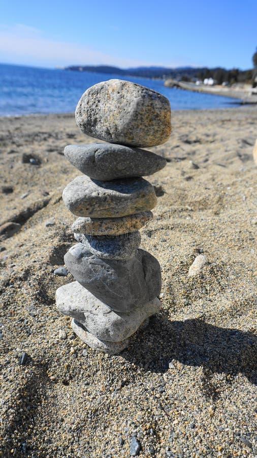 Felsen, der auf dem schönen Strandhintergrund stapelt lizenzfreie stockfotografie