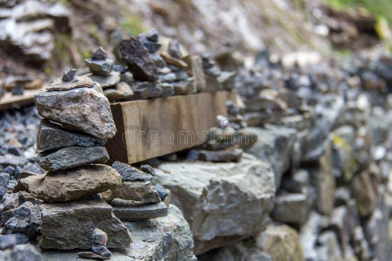 Felsen, der auf Floyen-Gebirgspfad stapelt stockbilder