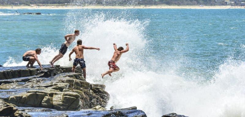 Felsen, der Maloolaba-Sonnenschein-Küste Queensland springt stockfotografie