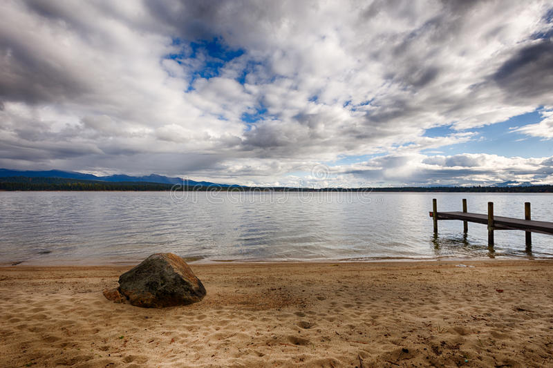 Felsen, Dock, Wolken des blauen Himmels lizenzfreie stockbilder