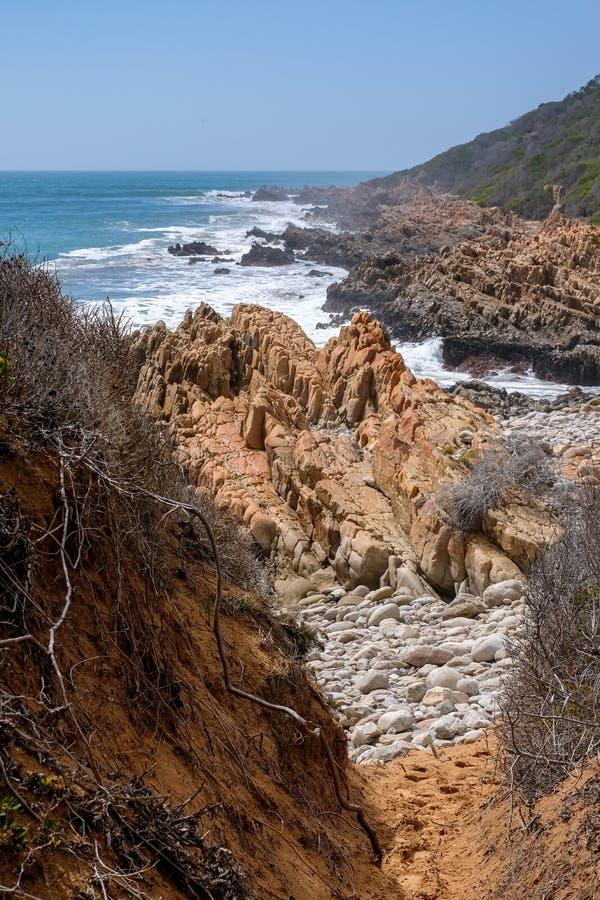 Felsen durch den Strand auf der Austernfischer-Spur, nahe Mossel-Bucht, Garten-Weg, Südafrika lizenzfreie stockbilder