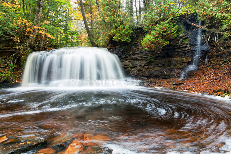 Felsen-Fluss fällt in Herbst - obere Halbinsel, Michigan stockfoto