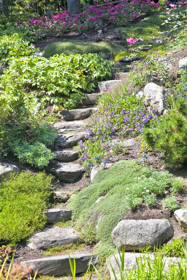 Felsen-Garten-Treppen lizenzfreies stockfoto
