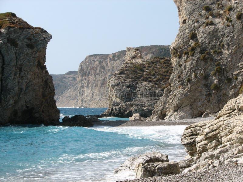Felsen gebadet im Meer lizenzfreie stockbilder