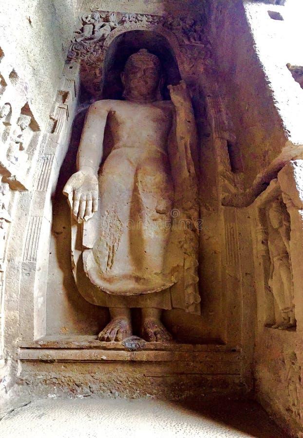Felsen geschnittene stehende Buddha-Statue lizenzfreie stockfotos