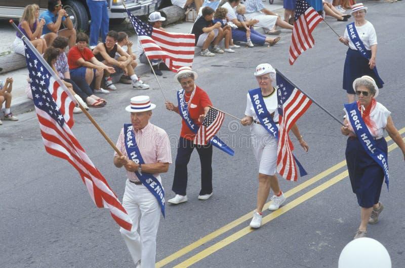 Felsen Hall Senior Citizens Marching in der am 4. Juli Parade, Felsen Hall, Maryland lizenzfreies stockfoto