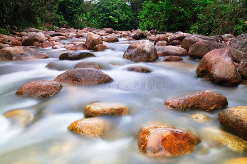 Felsen im Fluss 02 lizenzfreies stockbild