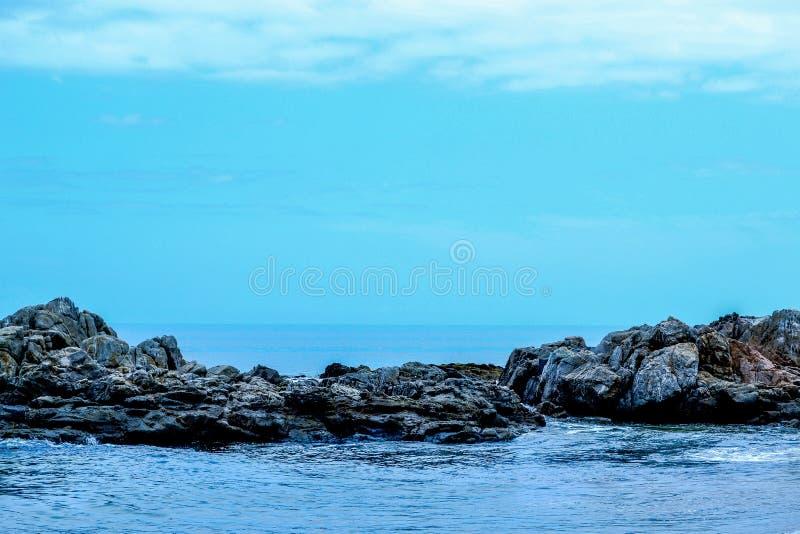 Felsen im Meer stockfoto