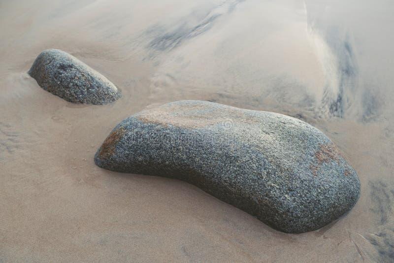 Felsen im Sand stockfoto