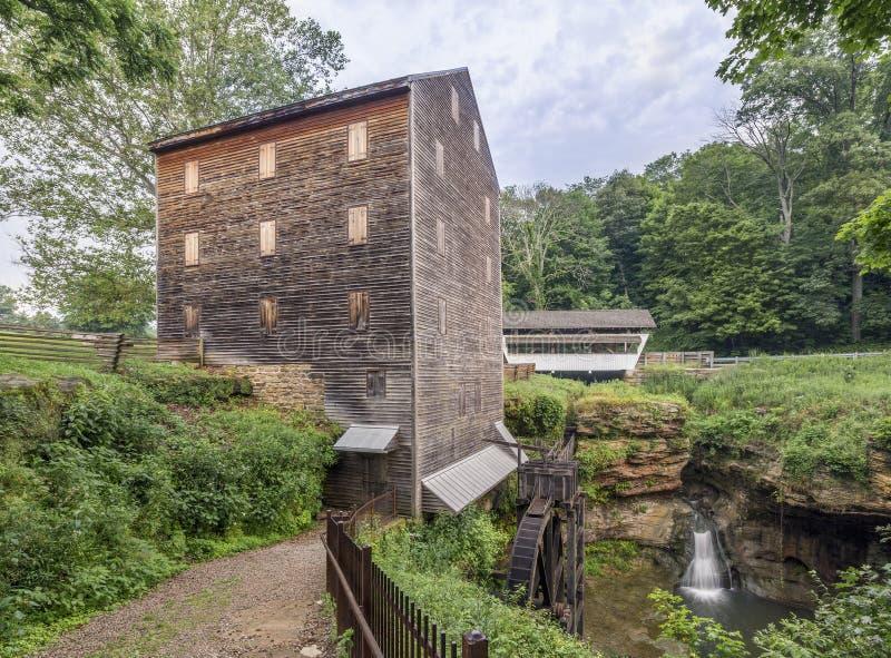 Felsen-Mühle, überdachte Brücke und Hocking-Fluss-Fälle stockfoto