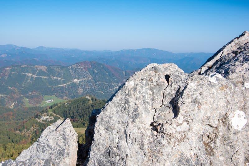 Felsen mit dem Panorama des Berges, Puchberg morgens Schneeberg, Österreich stockfotografie