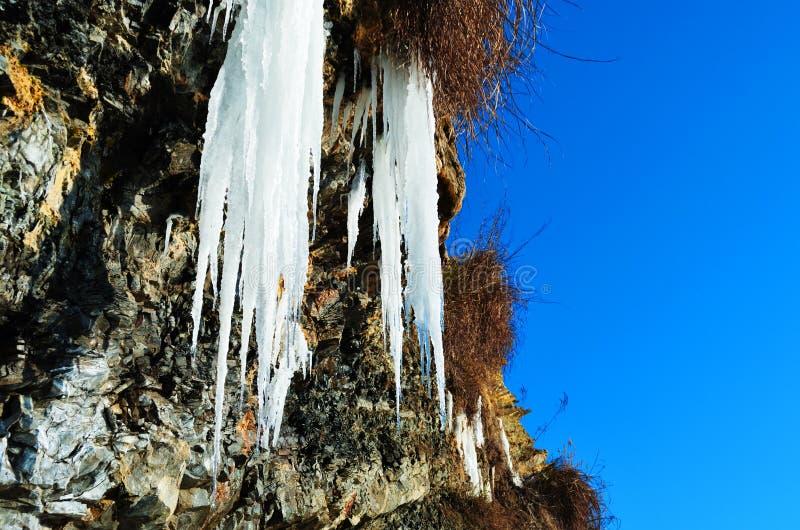 Felsen mit einem gefrorenen Wasserfall lizenzfreies stockbild