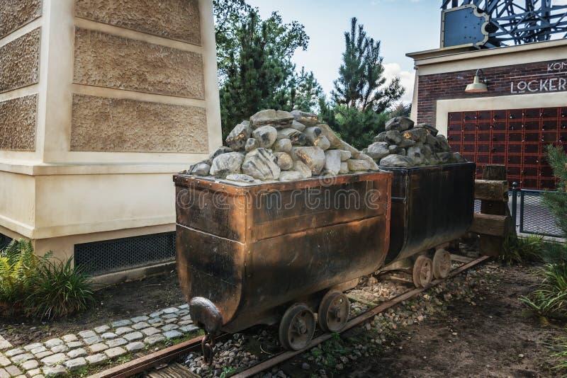 Felsen mit lustigem Gold in zwei Lastwagenn nahe der Baronsanziehungskraft I stockbild
