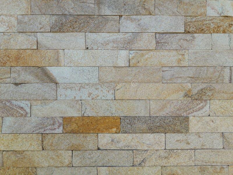 Felsen mit Moos Fertigung der Fassade des Hauses Grau, Braun und gelber Farbhintergrund stockfotos