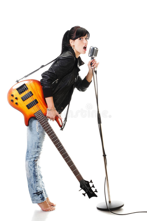 Felsen-N-rollen Sie das Mädchen, das eine singende Gitarre anhält lizenzfreie stockbilder