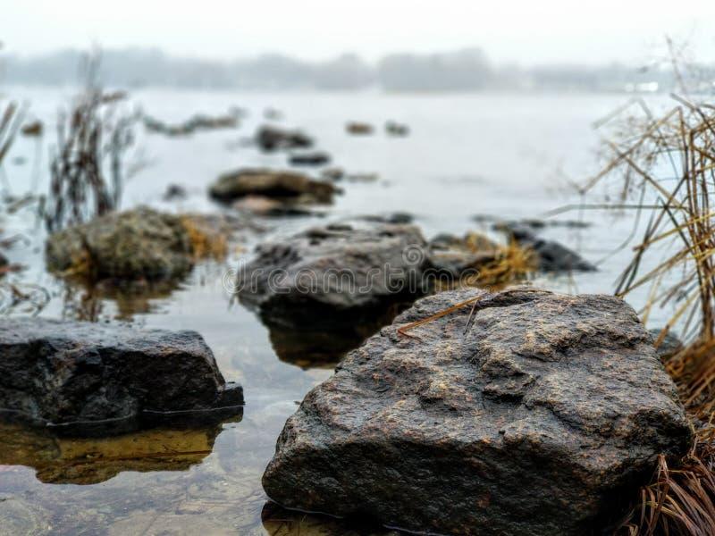 Felsen nahe dem Fluss lizenzfreie stockfotografie