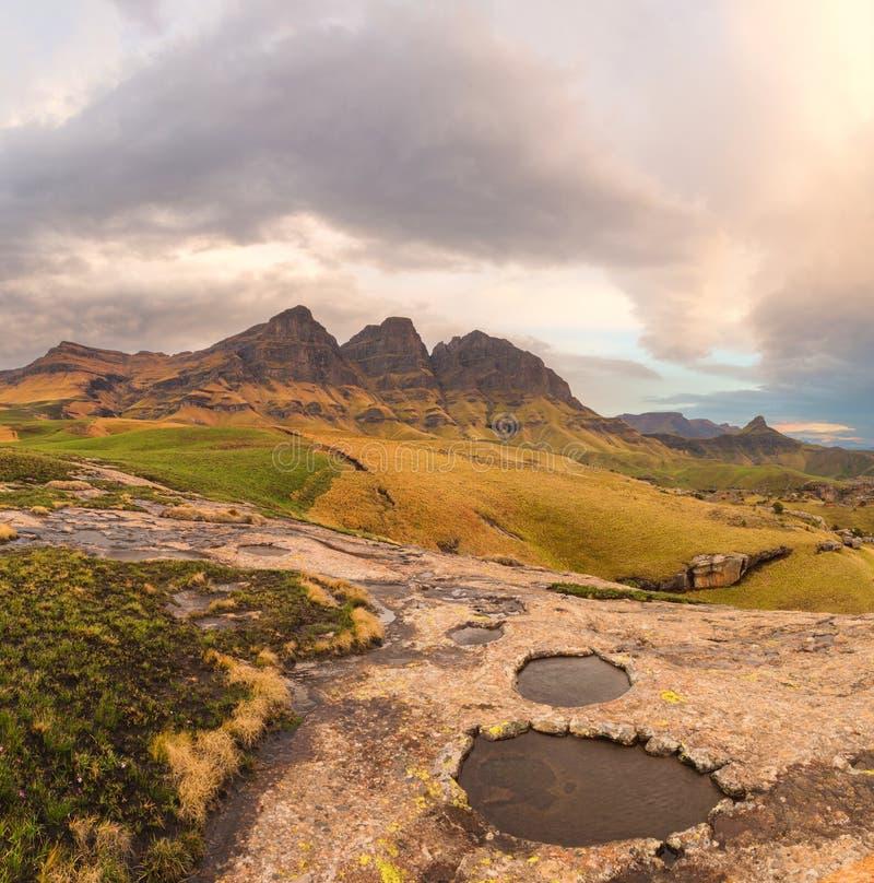 Felsen-Pools, Spitzen und Wolken stockbild
