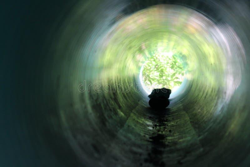 Felsen-Schattenbild in einem blaugrünen Tunnel stockbilder