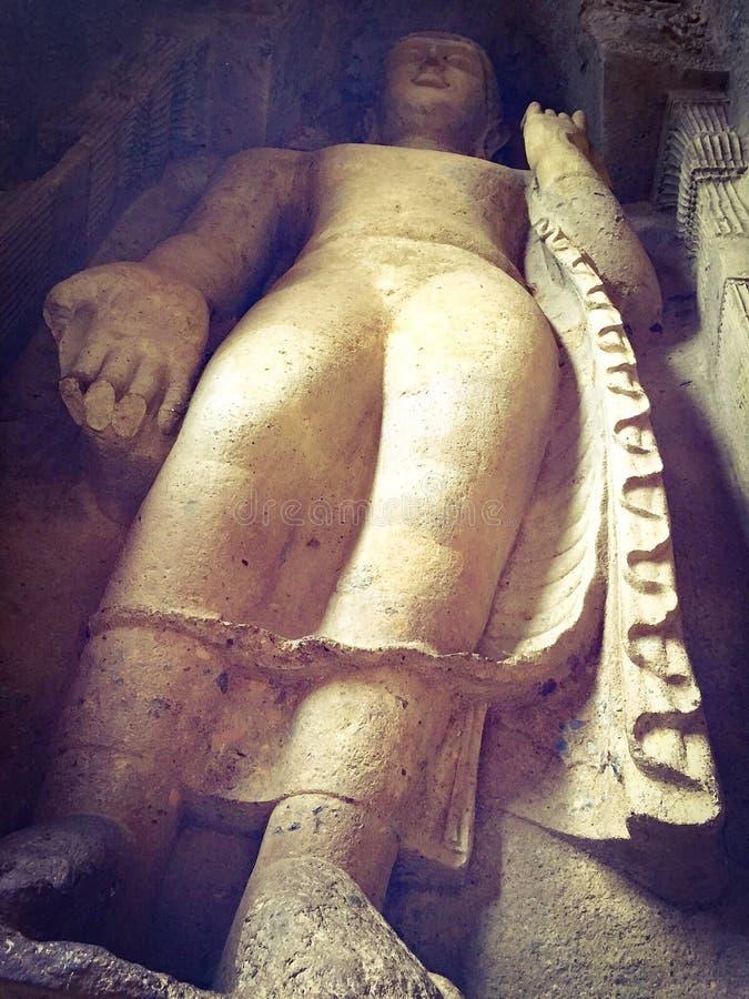 Felsen schnitt alte Buddha-Statue an Kanheri-Höhlen stockbild