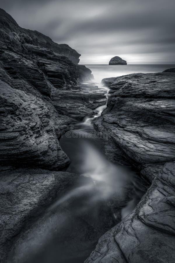 Felsen Sinkkasten und riverlet, die unten führen, um auf den Strand zu setzen, Trebarwith-Strang lizenzfreie stockfotos