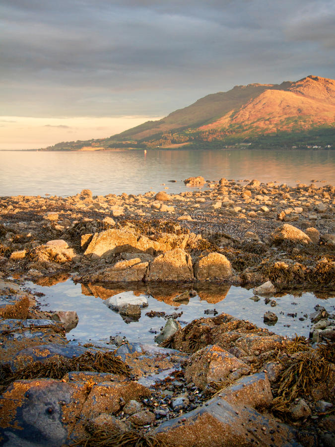 Felsen und Berge auf dem Meer stockfotos