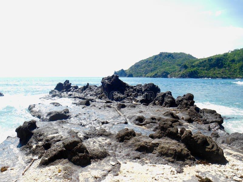 Felsen und blaues Meer stockfotos